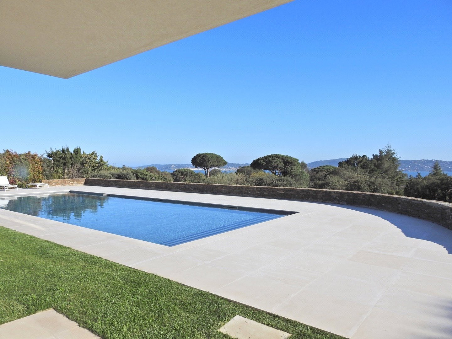 Buying Villa Grimaud Luxury villa offering an open view onto the sea and the Gulf on Saint-Tropez.