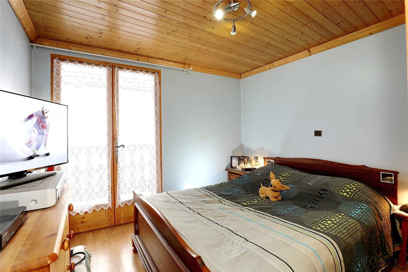 Buying Villa Méribel Chalet with independent apartment, ideally placed for the centre resort.  Excellent refurbishment project.