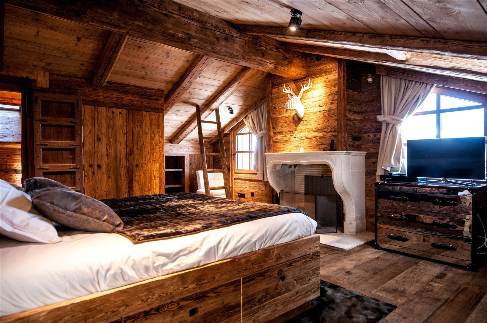 Buying Villa Courchevel 4 bedroom chalet of approximately 160 sq m, ideally situated for the ski slopes of Courchevel.