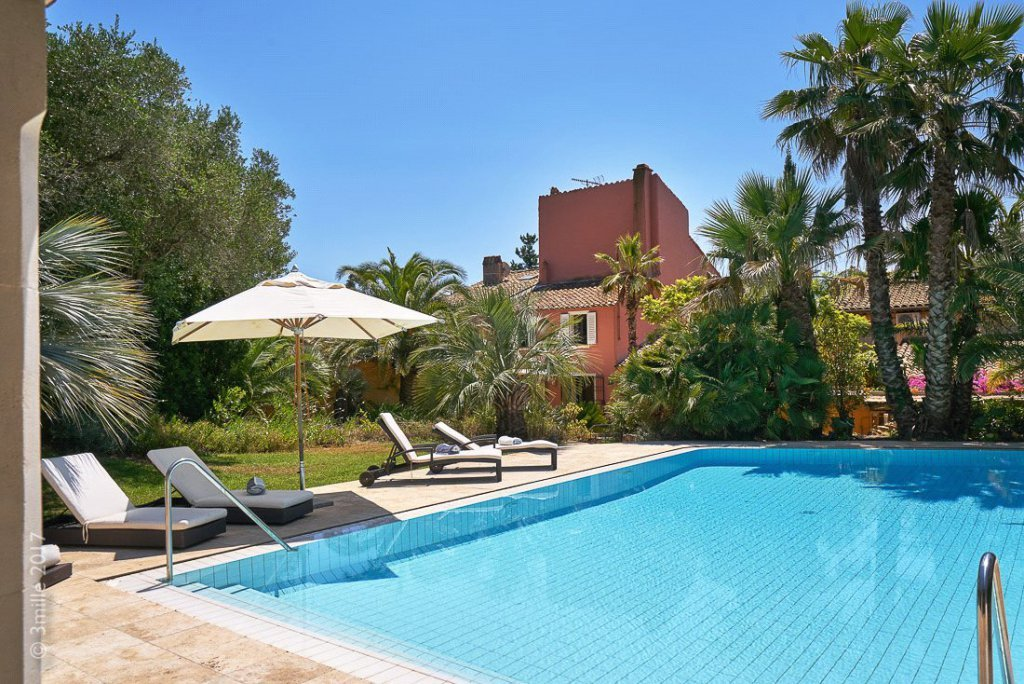 Buying Villa Saint-Tropez A charming semi-detached house, ideally situated between Les Canebiers and Les Salins beaches, with a private pool, terraces and parking.