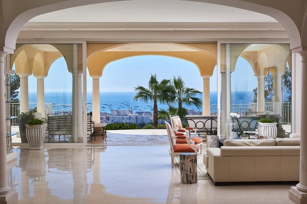 Buying Villa Cannes Superb villa of approximately 600 sq m with sea views, offering numerous possibilities for development. Landscaped grounds, pool, parkings and garages.