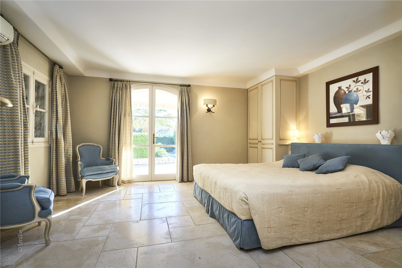 Buying Villa Cap d'Antibes SOLE AGENT. Charming property with 5 en suite bedrooms and an independent guest apartment.