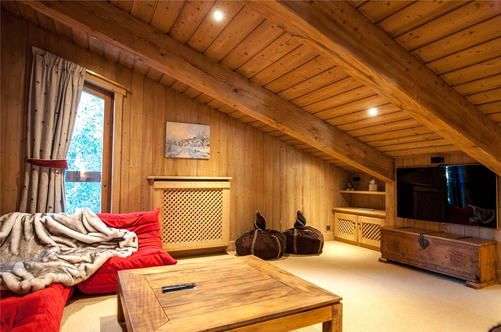 Buying Villa Courchevel Traditional and sought-after chalet featuring 7 bedrooms, spacious accommodation, a spa and direct access to the ski slopes of Courchevel 1850.