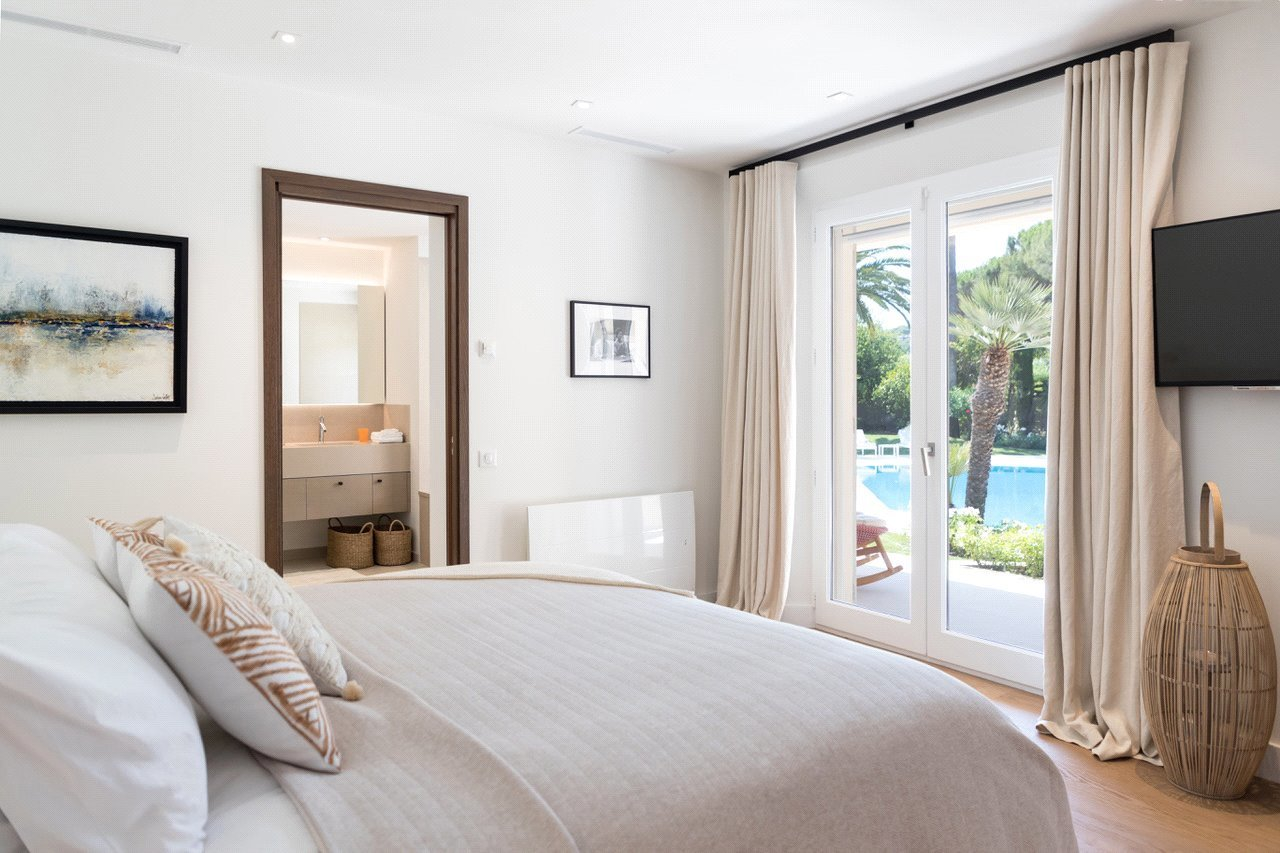 Buying Villa Saint-Tropez Modern villa, ideally located for the centre of Saint-Tropez and the beaches.