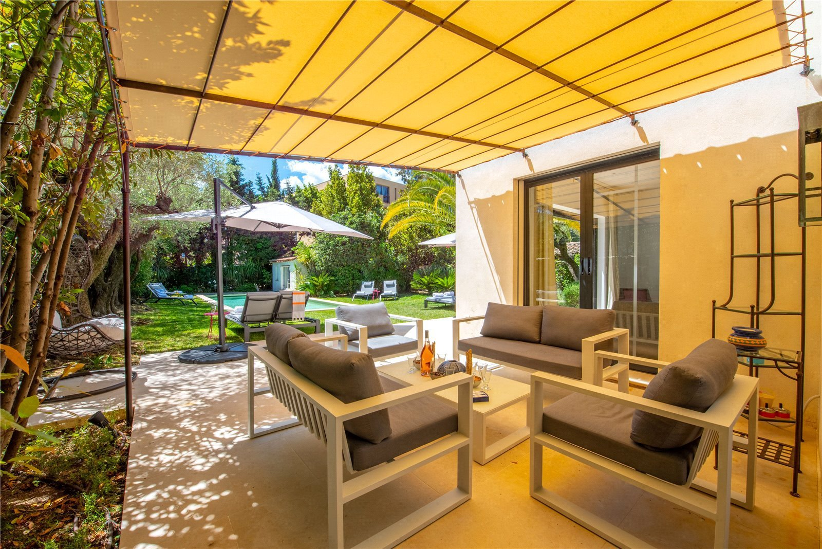 Rental Villa Saint-Tropez Splendid villa located in a residential and private domain within walking distance to the centre of Saint-Tropez.