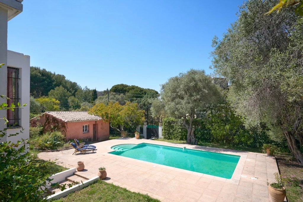 Buying Villa Cap d'Antibes SOLE AGENT. An ideal refurbishment project for this four bedroom villa with an exceptional location, and set in 1,430 sq m grounds with pool and garage.