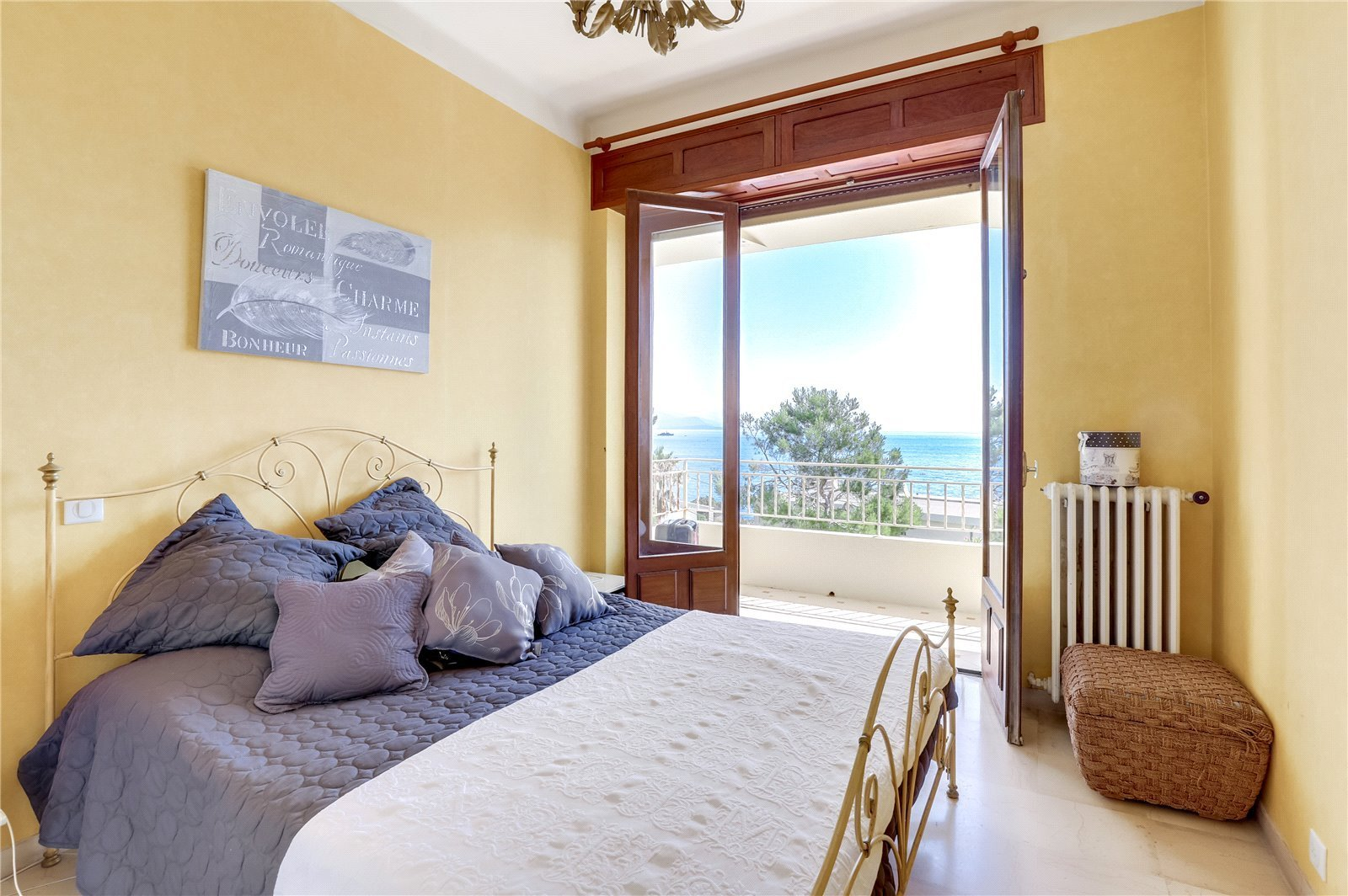 Buying Villa Cap d'Antibes Beautiful 5 bedroom villa, boasting panoramic sea views, set in landscaped grounds with pool and spacious garage.