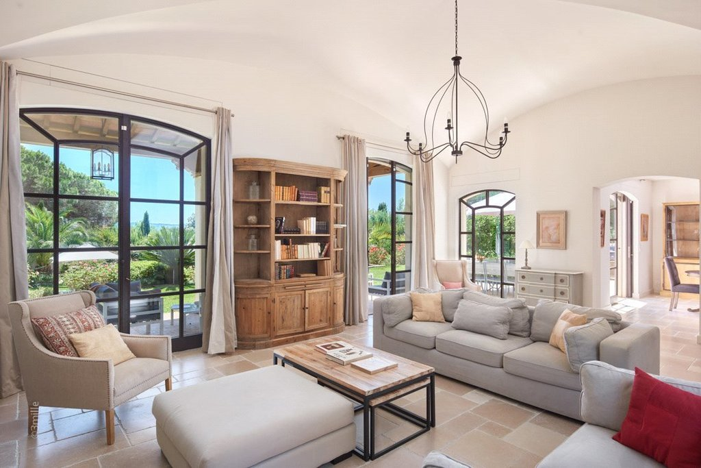 Buying Villa Ramatuelle Beautiful villa with pool, within a private gated domain ideally situated for the beach.
