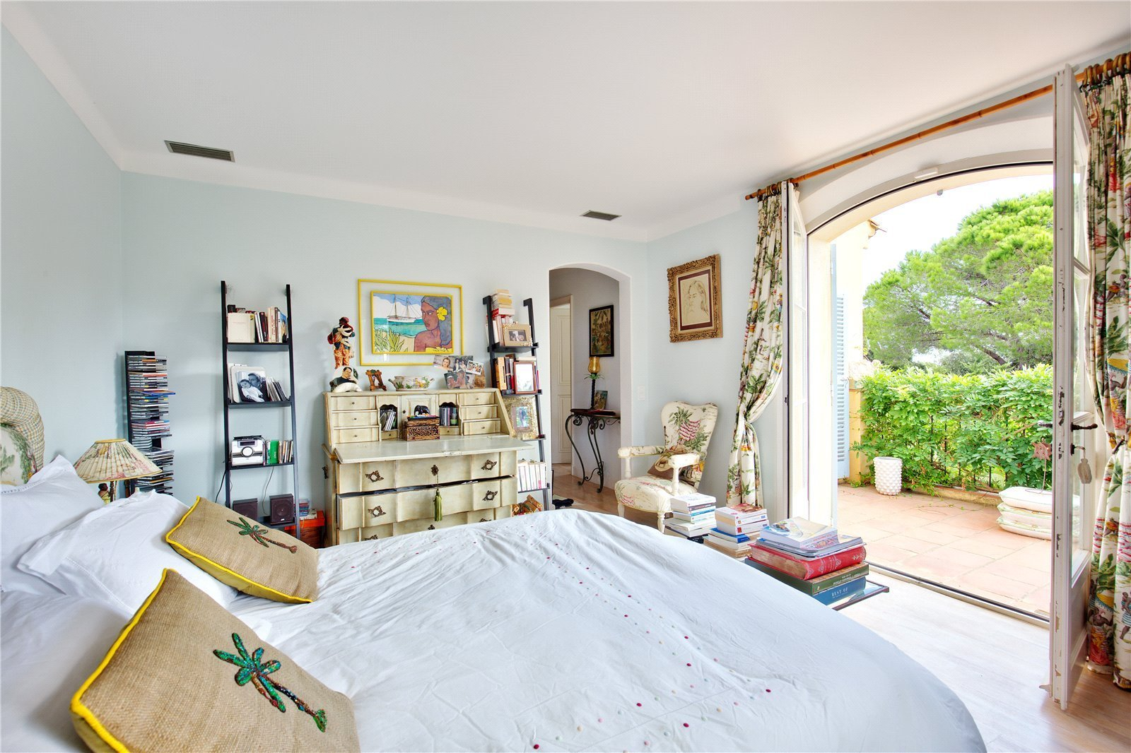 Buying Villa Saint-Tropez Charming Provencal Mas surrounded by vineyards and ideally situated for the beach of La Moutte.