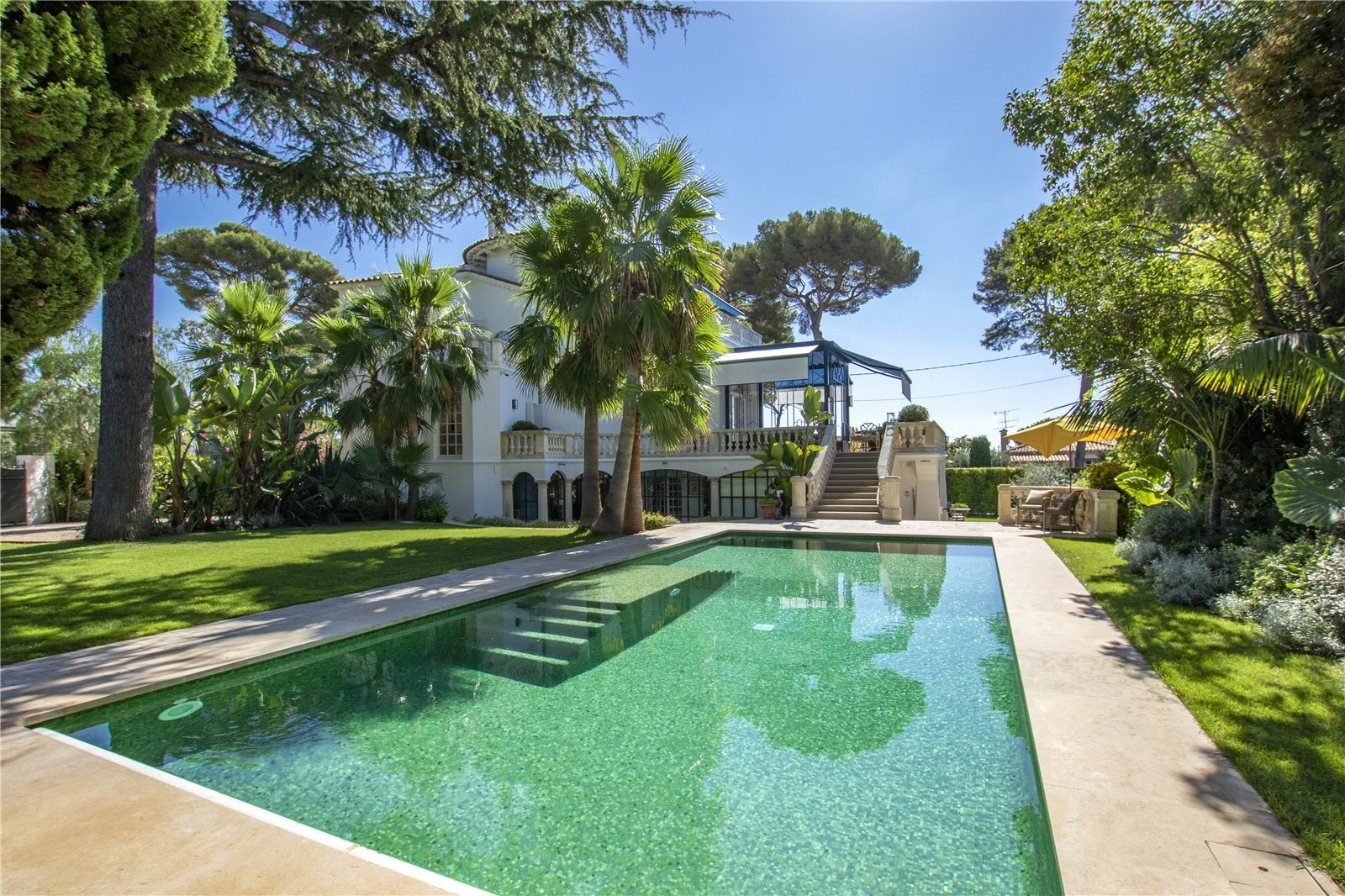 Buying Villa Cap d'Antibes Completely refurbished Belle Epoque villa, boasting beautiful sea views and ideally located in the heart of Cap d'Antibes.