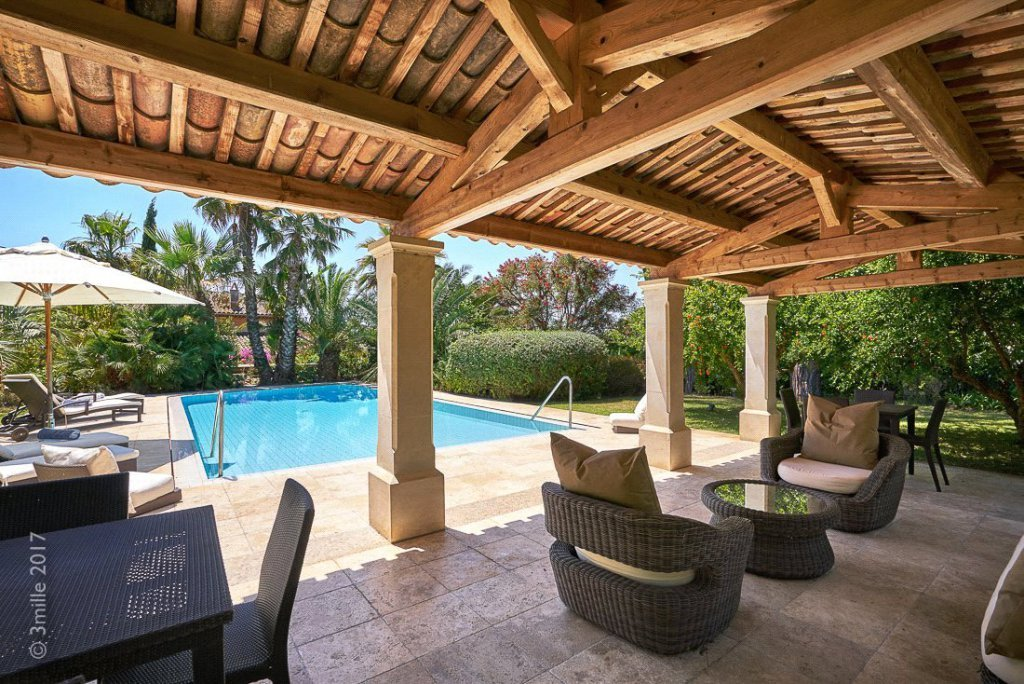 Rental Villa Saint-Tropez Property boasting beautiful landscaped gardens, a private pool, several terraces and parking facilities.