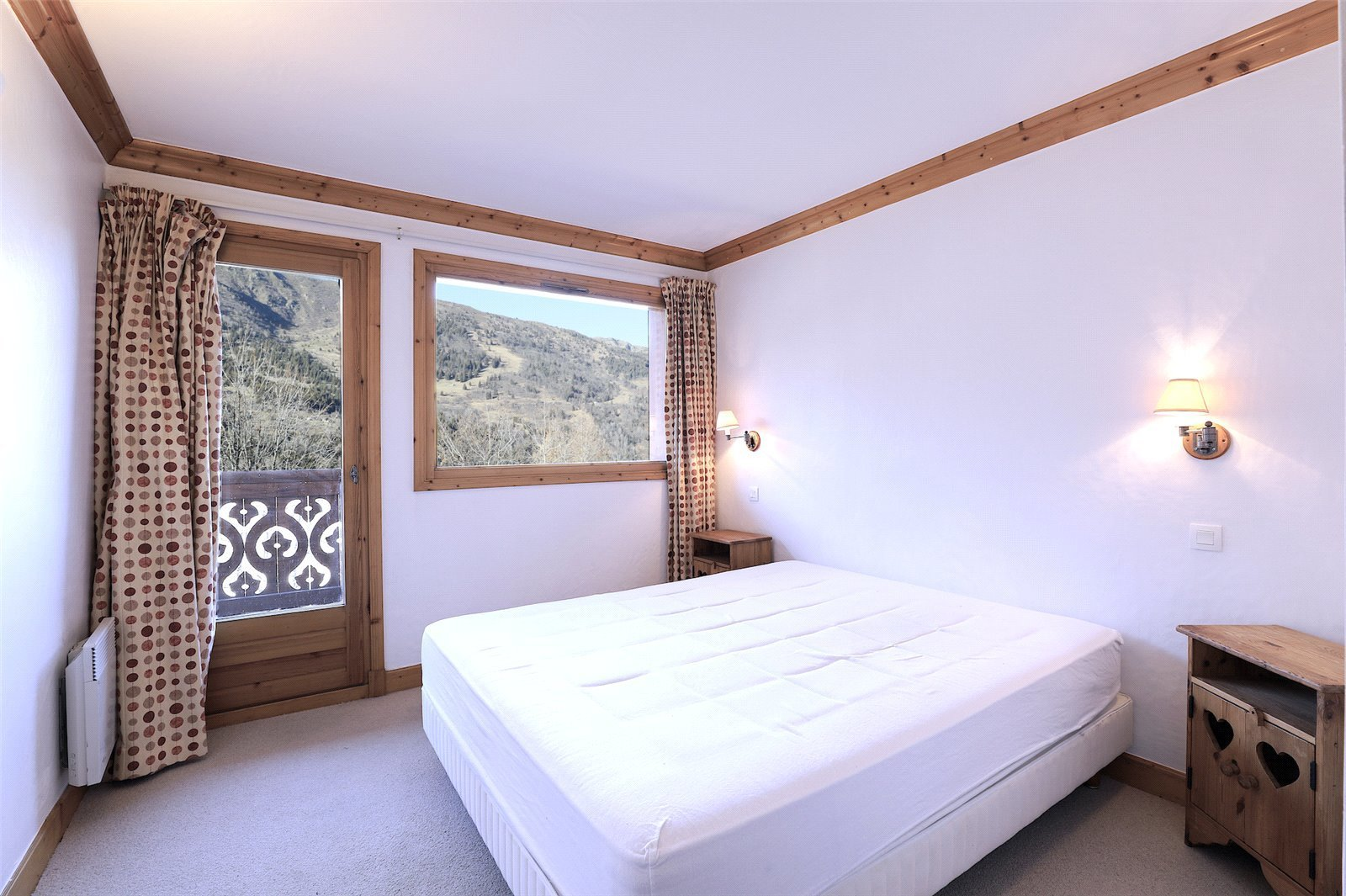 Buying Villa Méribel Sole agent. Superb chalet with 7 bedrooms and open mountain views, ideally placed for the centre of the resort.