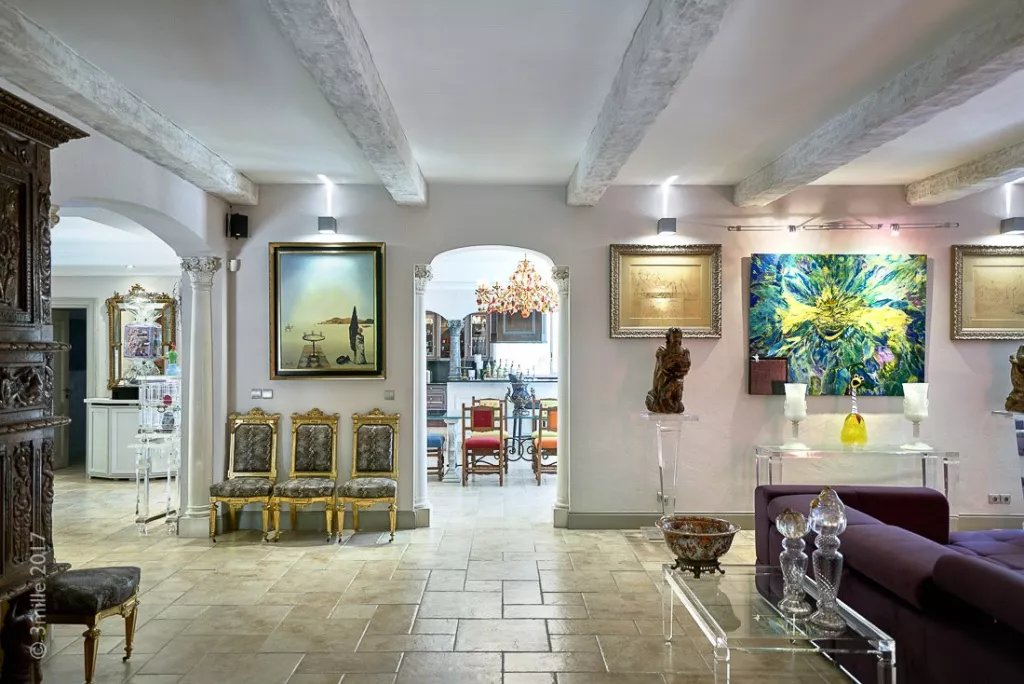 Buying Villa Cannes Completely refurbished property of approximately 600 sq m. Landscaped grounds of 5,700 sq m with heated pool and spacious garage.