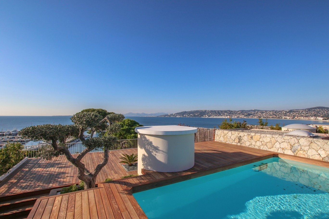 Buying Villa Cap d'Antibes Two bedroom penthouse with rooftop terrace, boasting panoramic sea views. Private swimming pool, cellar and garage.