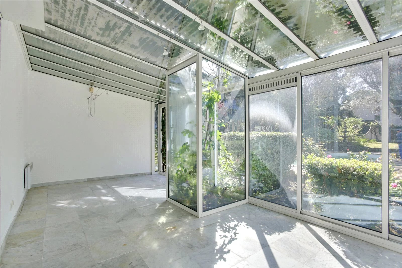 Buying Villa Cannes To renovate, with independent apartment. Landscaped grounds, pool and double garage