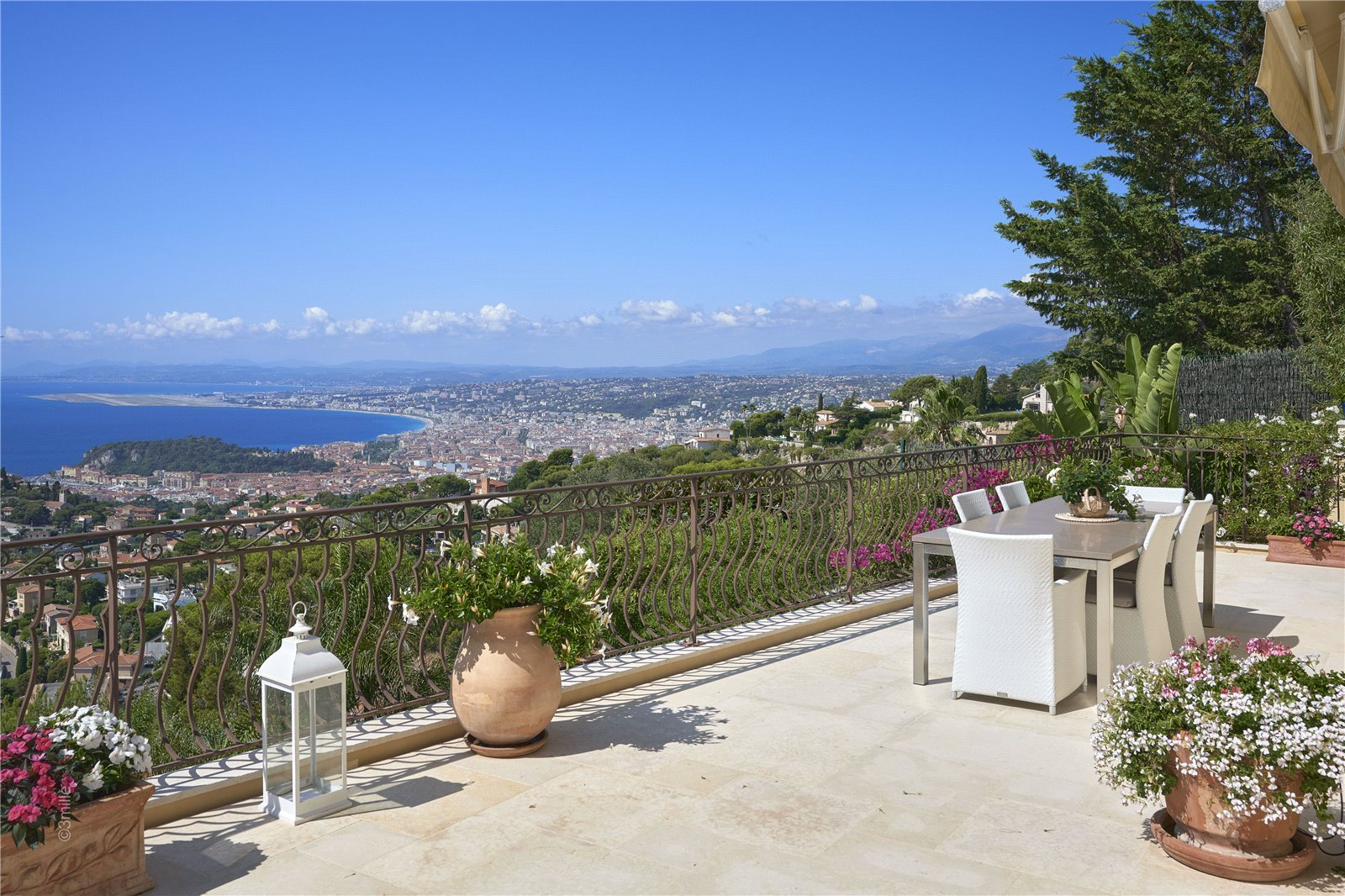Buying Villa Villefranche-sur-Mer 5 bedrooms and pool in a secure estate boasting exceptional views